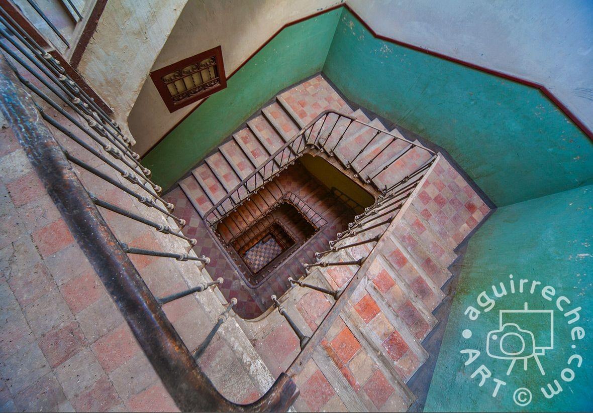 Fotografía escalera edificio calle Alfonso